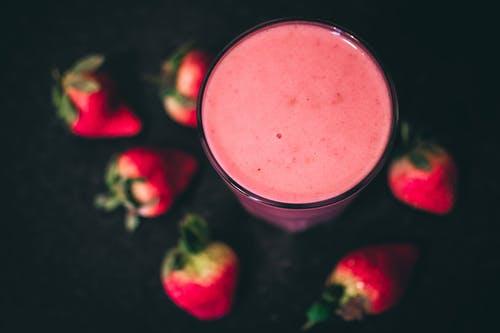 los zumos rojos de verduras y frutas frescas con vitaminas y minerales