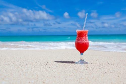 zumo de frutas en la playa del hotel